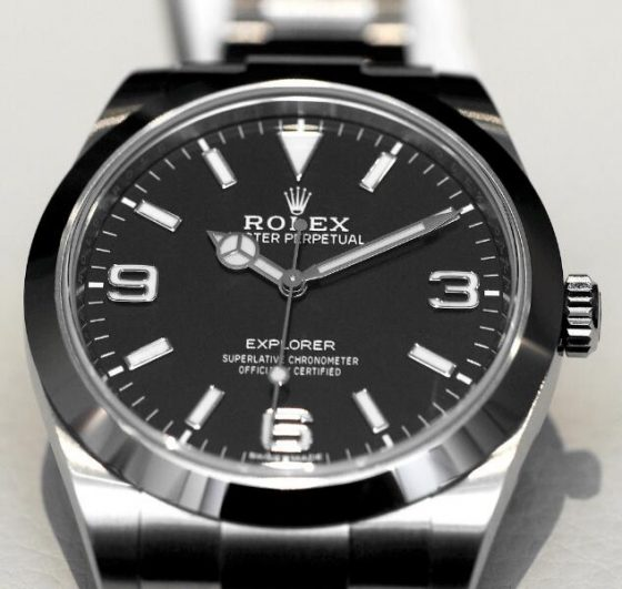 The neat black dials and all-steel watch bodies build a simple but classic image.