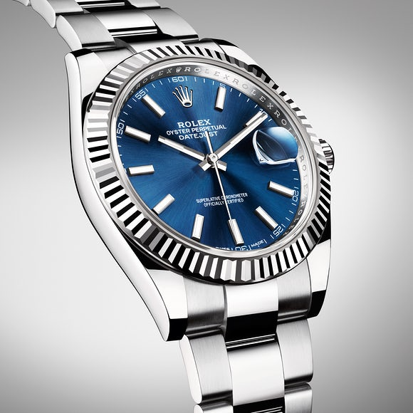 The unique blue dials have concise and classic designs, filled with elegant and modern feelings.