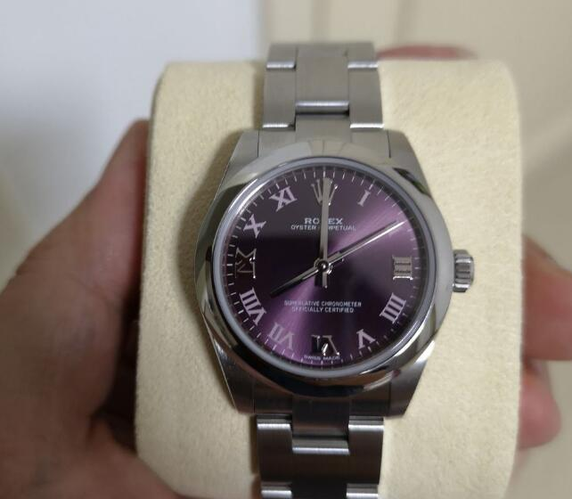 The purple dial looks very elegant and noble.