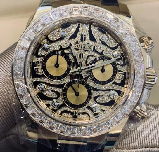The diamonds paved on the dial describe the unique pattern on the black lacquered dial.