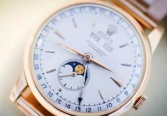 With the moon phase at 6 o'clock, the timepiece looks very elegant and noble.