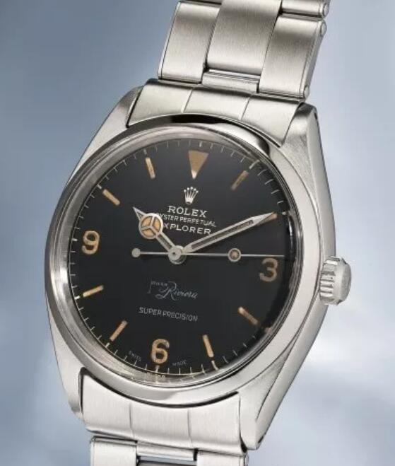 The words at 6 o'clock make the timepiece more elegant.