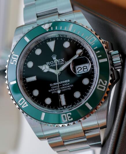 The green bezel endows the replica timepiece with eye-catching appearance.
