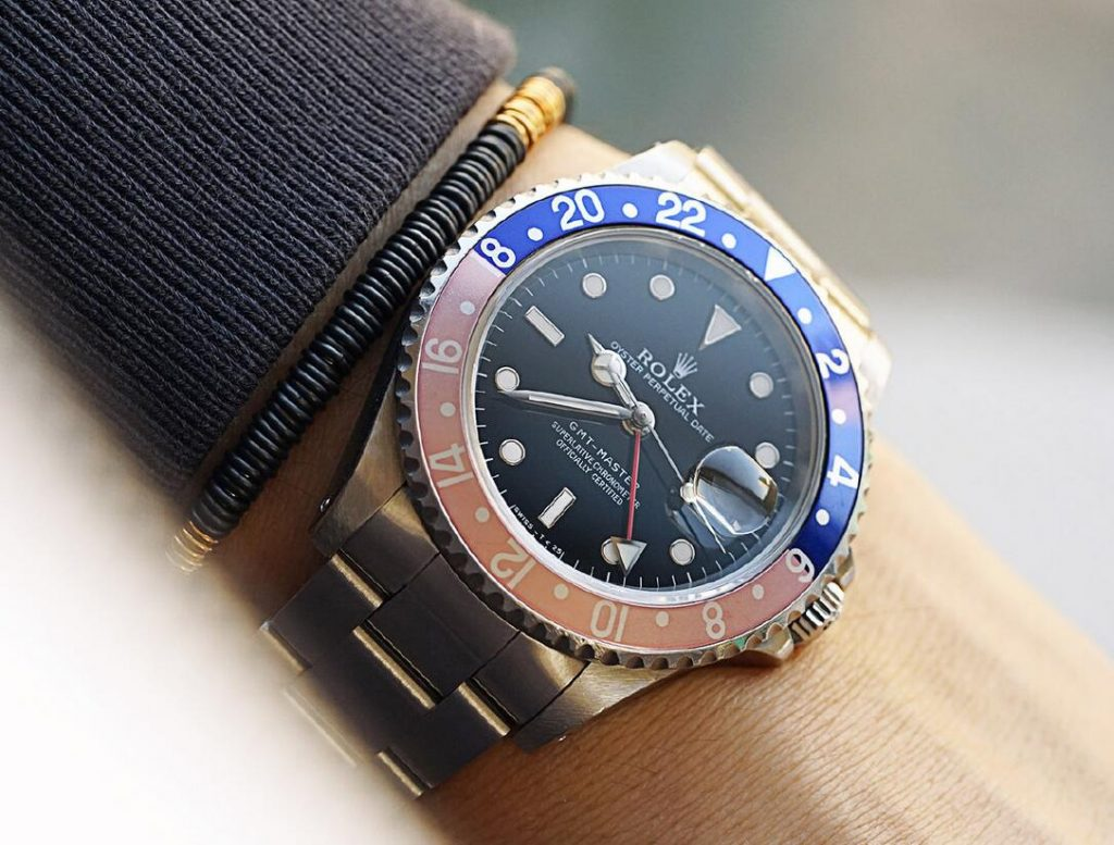 AAA replica watches offer clear reading with the help of the luminescent coating.