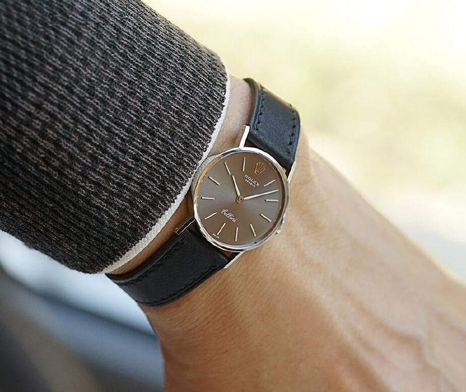 Swiss reproduction watches keep charming effect with grey color.